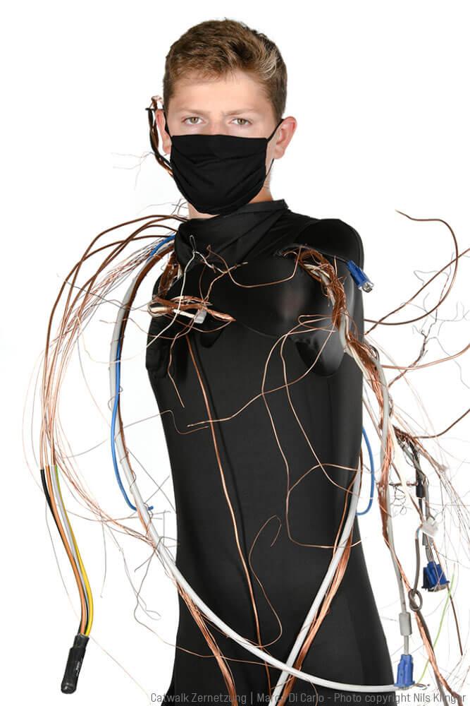 Marco Di Carlo - Sculpture Performance - Catwalk Zernetzung - Photo copyright - Nils Klinger
